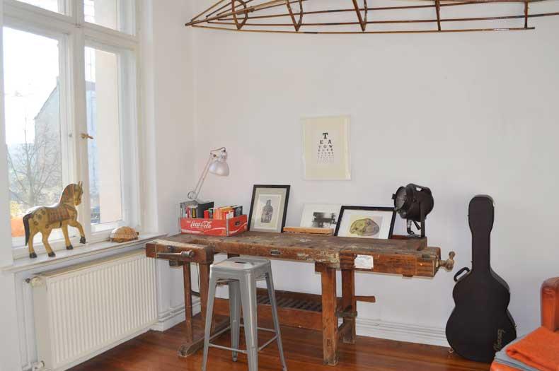 Interior Design mit antiker Hobelbank und Accessoires
