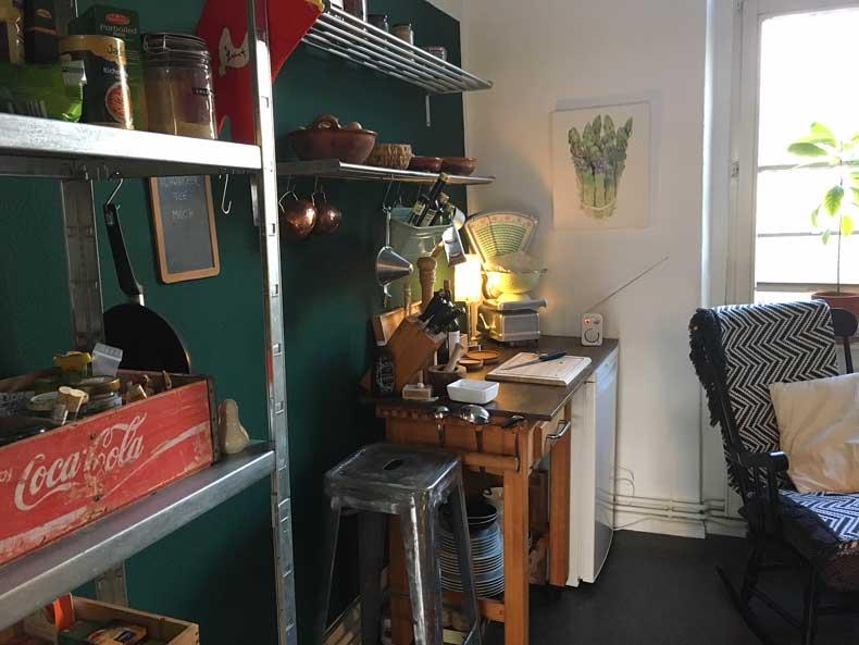 Interior Design in Küche mit antiken Möbeln und Küchenutensilien