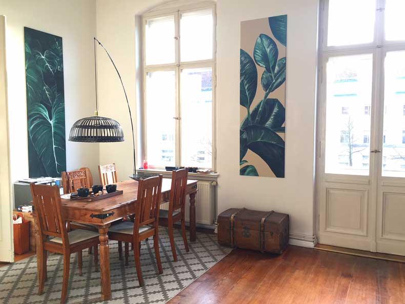 schöne Wohnatmosphäre im Esszimmer mit rustikalen und antiken Möbeln