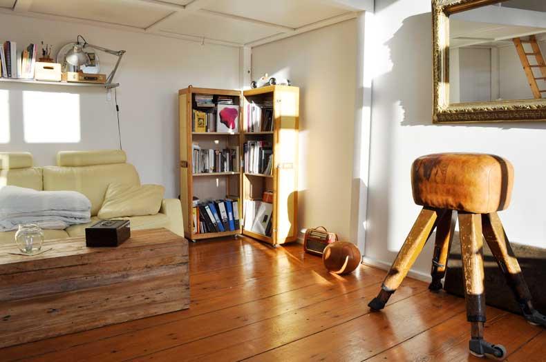 Interior Design im Wohnzimmer mit antikem Schrankkoffer und Turnbock