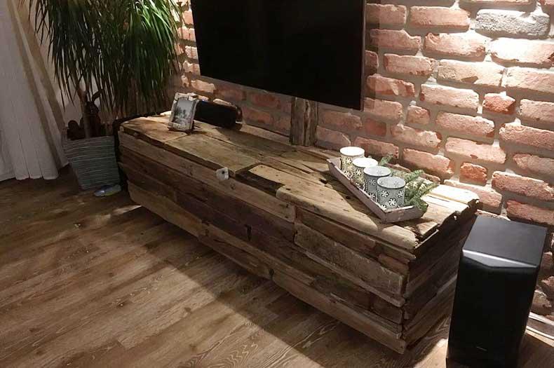 DIY selbstgebauter TV-Schrank aus Treibholz