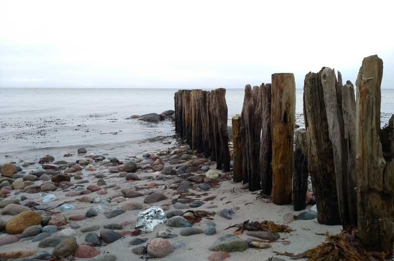 Holzbuhnen am Meer