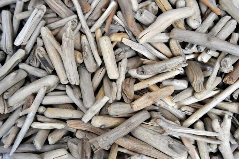 Haufen kleine Treibholzstücke